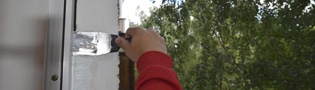 Фотография герметизации окон снаружи